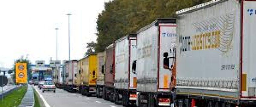 Javni poziv za zagotovitev osnovnih standardov za voznike tovornjakov, ki čakajo na mejah